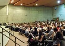 Alumnos de la Facultad de Arquitectura de la UNC. El nivel del egresado depende de la capacidad de superar el umbral para dejar de ser estudiante y convertirse en profesional.