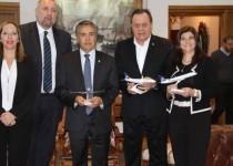 ACTO. Autoridades y directivos de la compañía, en el acto de lanzamiento del vuelo.