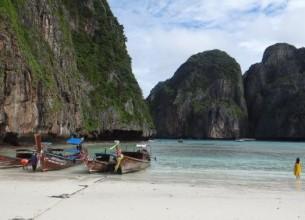 LONG TAIL. Las tradicionales embarcaciones tailandesas dan color al paisaje.