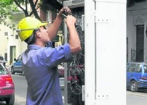 trabajador cabina telefonica