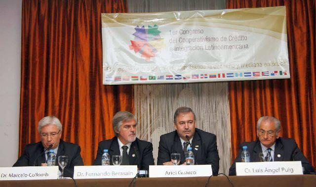 El titular de Cooperar, Ariel Guarco (al centro), abrió las jornadas de debate del crédito solidario, en el hotel Savoy de Buenos Aires.