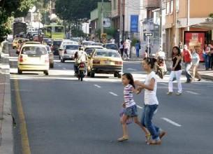 PELIGRO. La imprudencia de la niña al cruzar ocasionó el accidente  que le provocó lesiones.