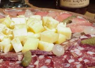"""LA PICADA. El """"infaltable"""" se reparte  entre el salame, salamín y el queso."""