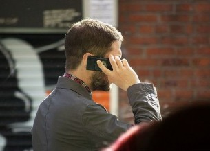 hablando por celular