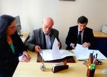 ALIANZAS. Autoridades de Comercio y Justicia, Carlos Abriola, y Colegio Universitario IES Siglo 21, Alberto Rabat, firman convenio de trabajo conjunto.