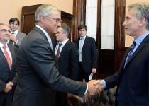 """MACRI con el CEO de Airbus, Christian Scherer, en la """"mini Davos""""."""