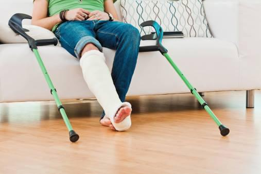 DAÑO. La mujer sufrió una quebradura en su tobillo.