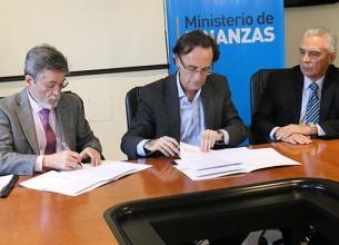 INTERCAMBIO. Abad y Giordano rubricaron ayer un convenio marco que incluye diferentes frentes. La intención es ampliar la base tributaria y simplificar trámites.