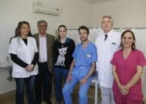 PASIÓN. Marcela Saieg,Octavio Gil, Alina Zerega y Rogelio Traverso, junto a Erika Páez, en el primer control postrasplante. Los médicos estuvieron al frente del  operativo del primer trasplante de hígado hecho en el sector público provincial.