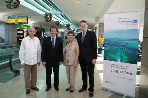 ACTO INAUGURAL. Autoridades de la compañía y el destino participaron del lanzamiento del vuelo.